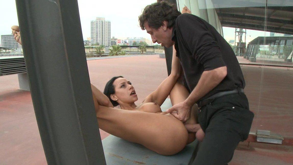 незаметный секс на людях видео - 10